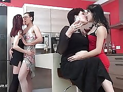 Tua dan Muda xxx video - pertama-lesbian seduction